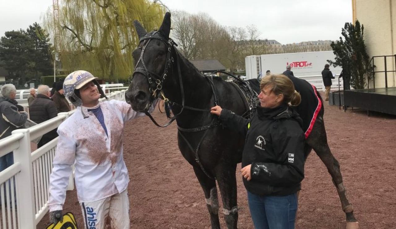 Erik Adielsson, Very Kronos och skötaren Mia Båth efter segern i Caen idag.