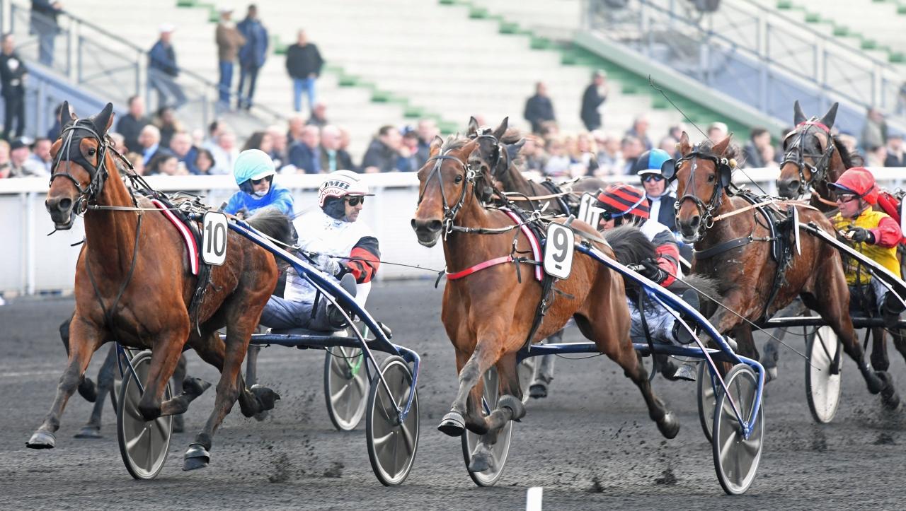 Cleangame (till vänster) och stallkamraten Ble du Gers sida vid sida i målgången i Prix du Bois de Vincennes. Foto: Gerard Forni