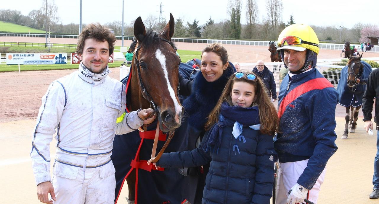 Norskefödde Prix d'Amérique-tvåan Looking Superb var tillbaka på banan idag – precis som tränaren Jean Michel Bazire efter semester – och vann i Laval. Foto Scoopdyga.com