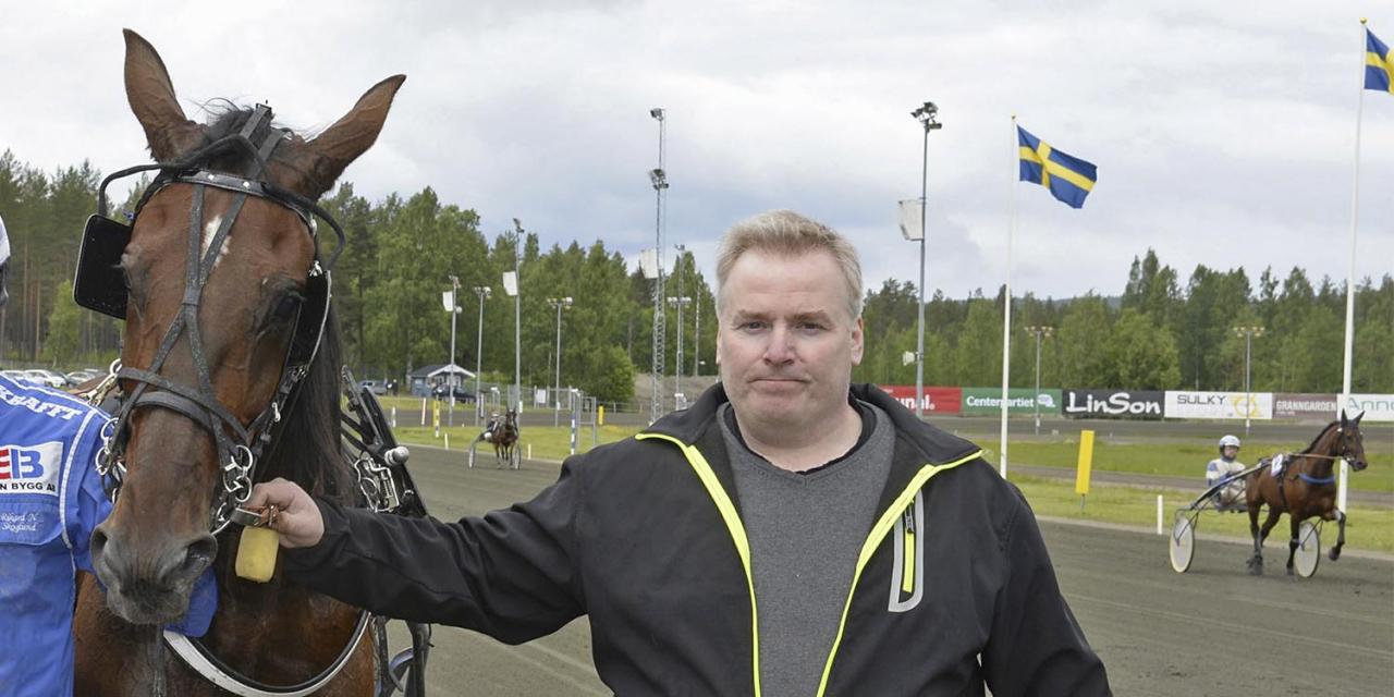Håkan Berglund med Noel Face, som är en av amatörtränarens två hästar. Foto Christer Norin/ALN