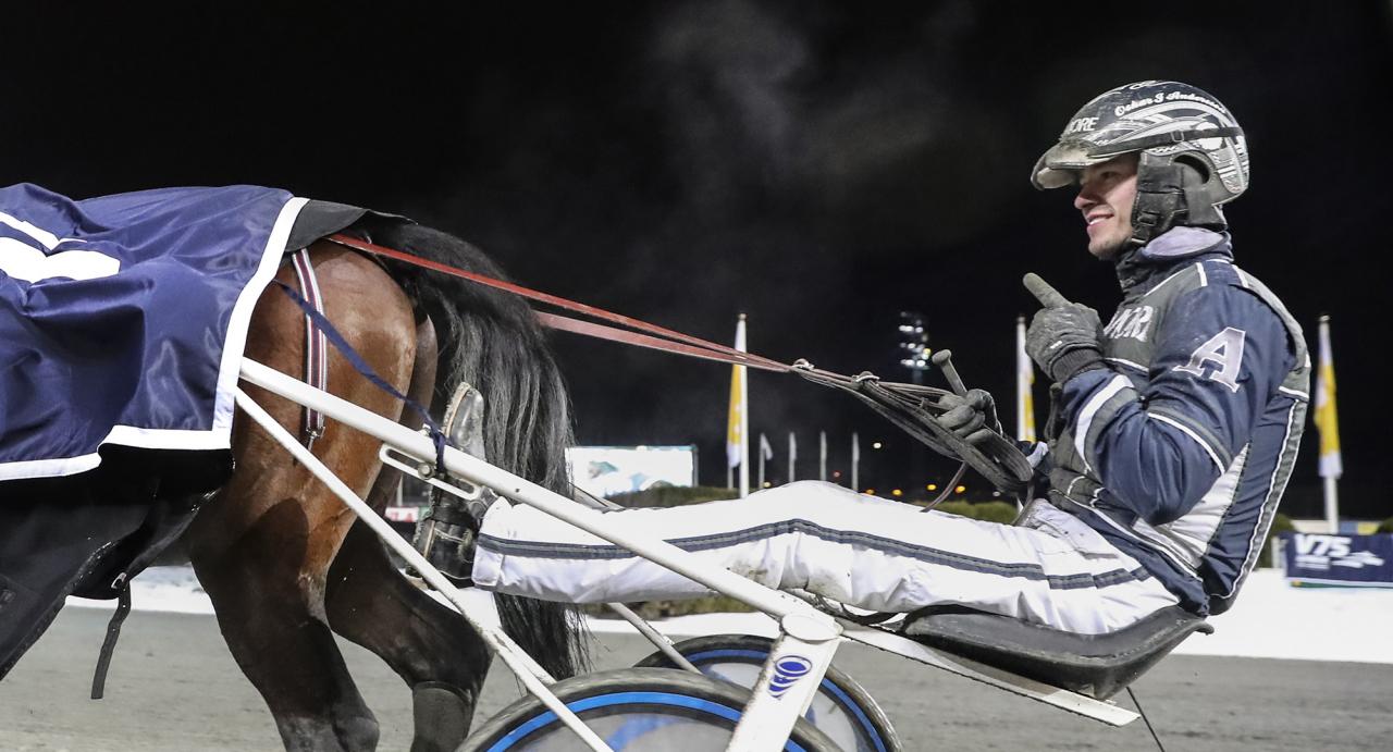 Oskar J Andersson är  i hetluften och kör draget på Solvalla ikväll. Foto Mia Törnberg/Sulkysport