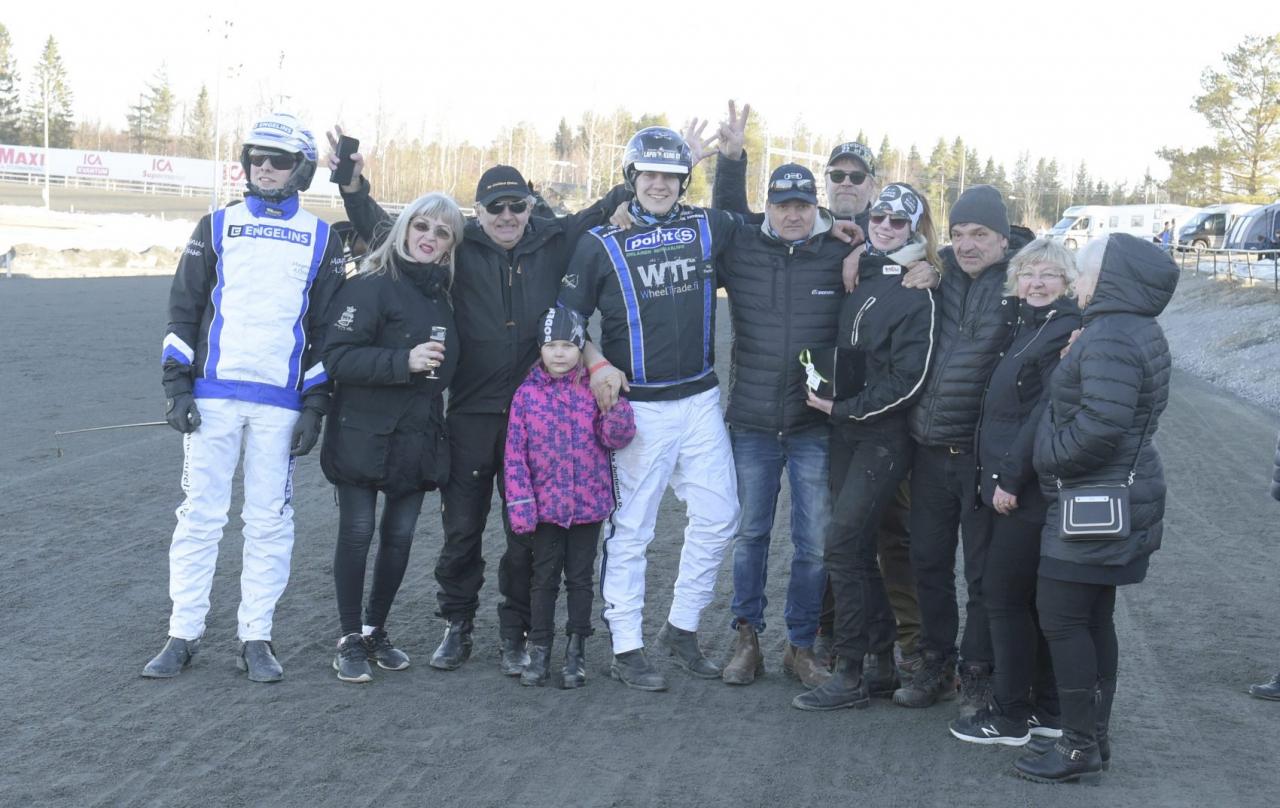 Kretsen kring Mr Golden Quick efter segern i silverdivisionen på Umåker. Foto Leif Norberg/ALN