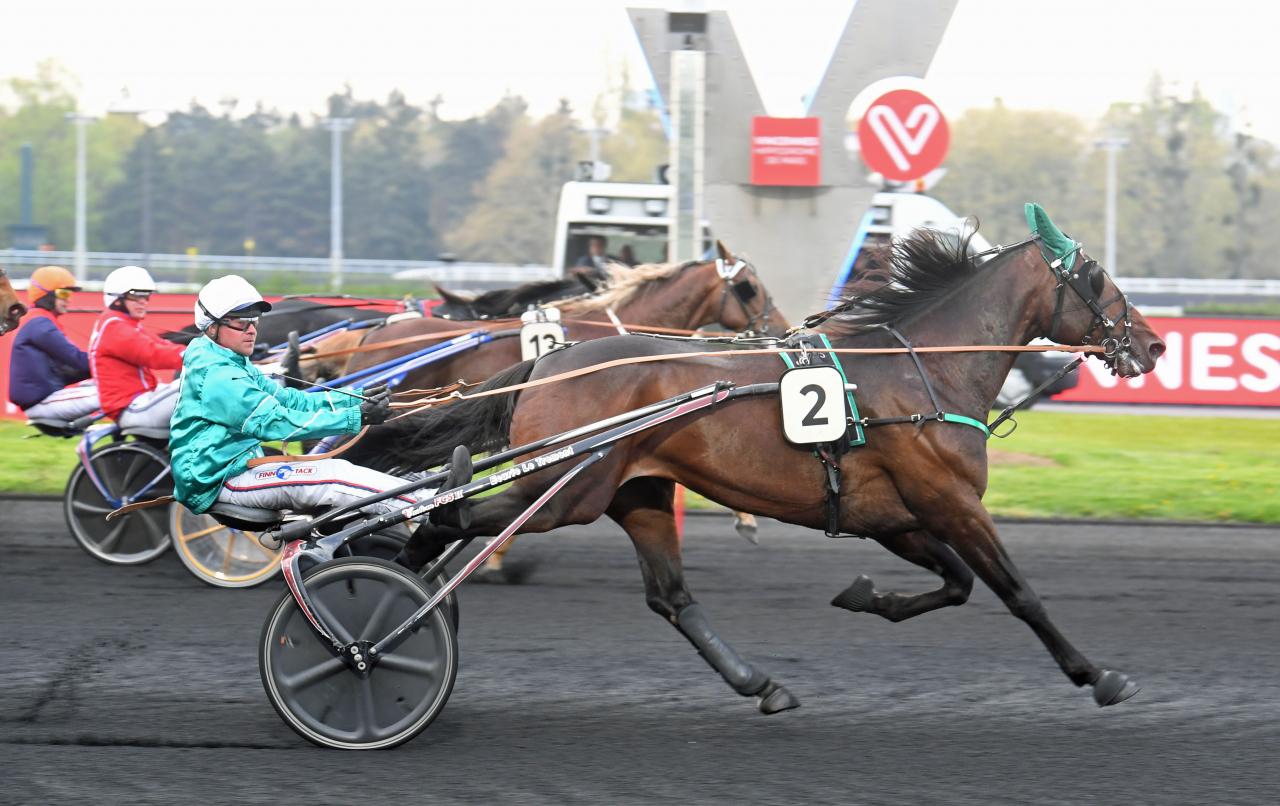 Längst ute i banan spurtar Violetto Jet till seger för Franck Nivard och besegrar Björn Goop och Portland (mitten) på Vincennes ikväll. Foto: Gerard Forni