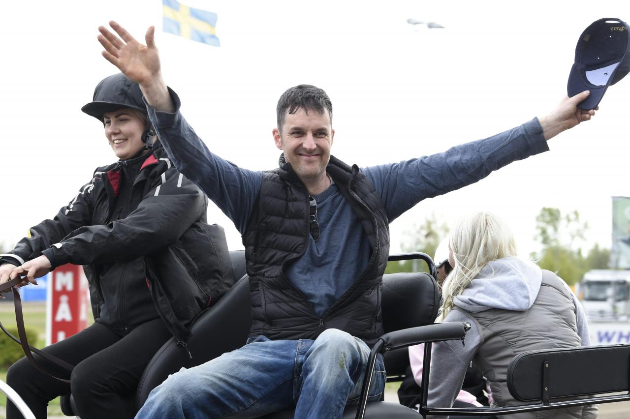 Amatörtränaren Joakim Reiser ville ta hela världen i sin famn efter Klack Viljas seger i ett stolopp i Gävle. Sådana känslor ger hopp om travets framtid, anser  Sulkysports krönikör. Foto Christer Norin/ALN