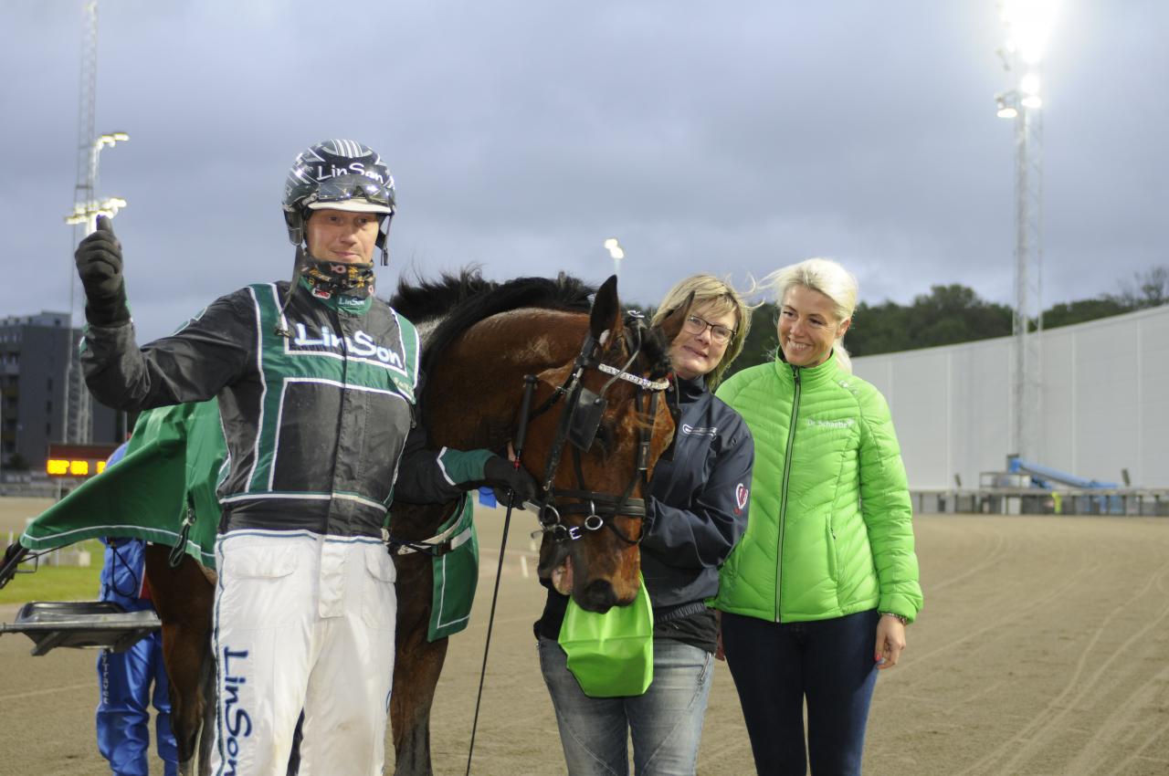 Peter H Sjöberg, Eppur Si Muove och Anna-Lena Waldén efter hästens hittills största seger. Foto Sidmakarn