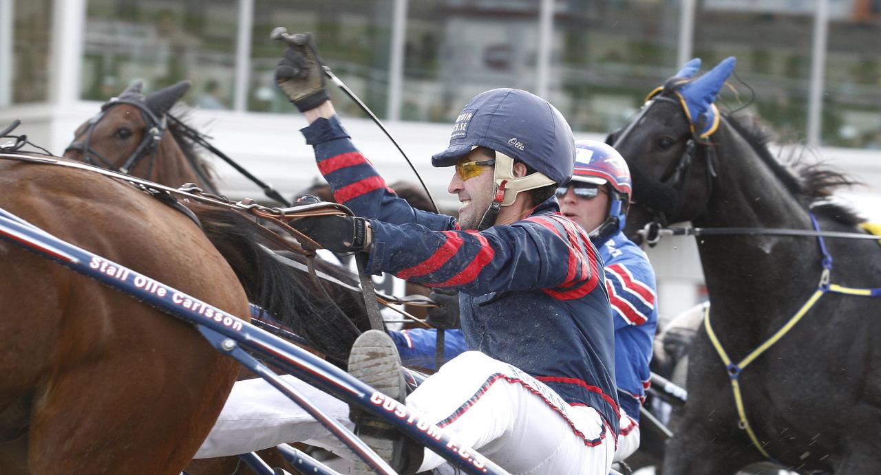 Olle Carlsson jublar efter V75-seger med Ed You 2011. Numera har Östersundstränaren två hästar i stallet, men äger fler travare som finns hos andra tränare. Foto Hanold/ALN