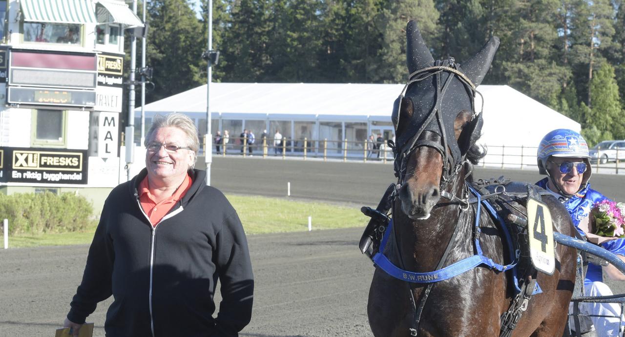 Hästägaren och uppfödaren Birger Wallström tillsammans med sitt Derbyhopp i Östersund, B.W.Rune. Foto Leif Norberg/ALN