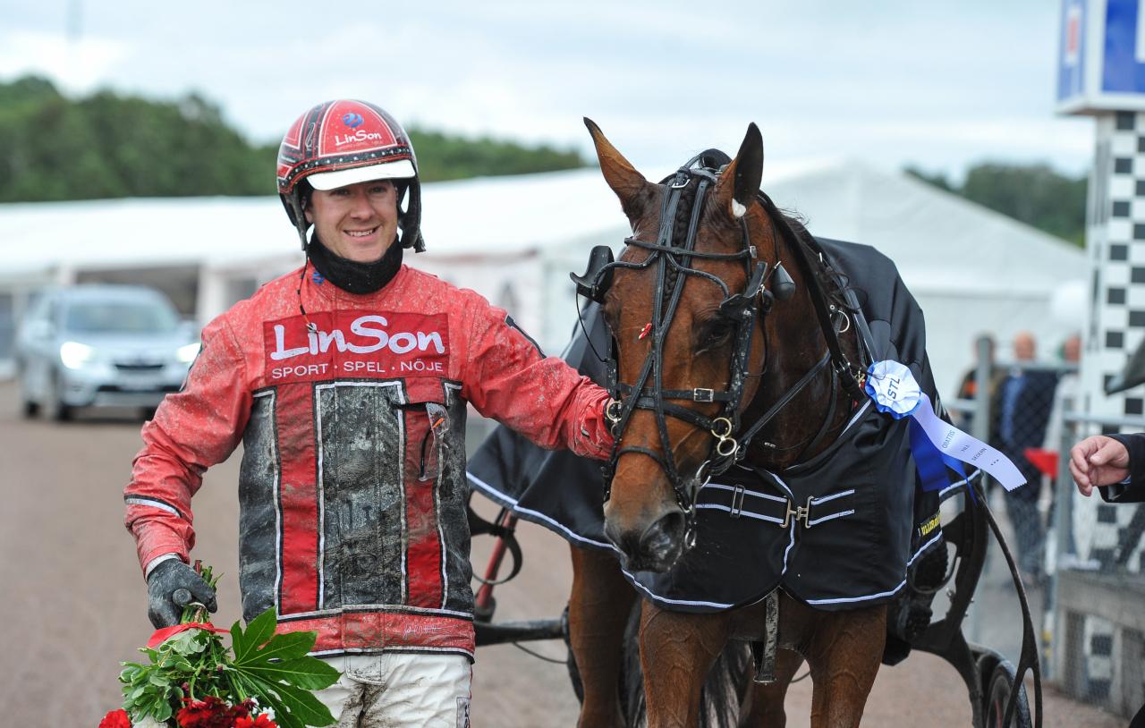 Cyber Lane och Johan Untersteiner efter helgens gulddivisionsvinst. Foto: Simon Hagen/Sulkysport