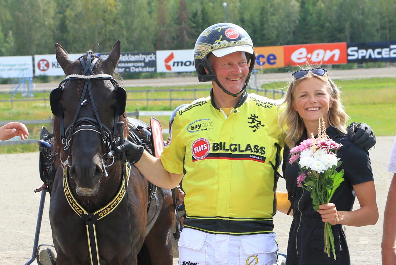 Grisle Odin G.L. efter segern i Kriteriekvalet tillsammans med Öystein Tjomsland och Frida Karlsson. Foto: Girlpower HB