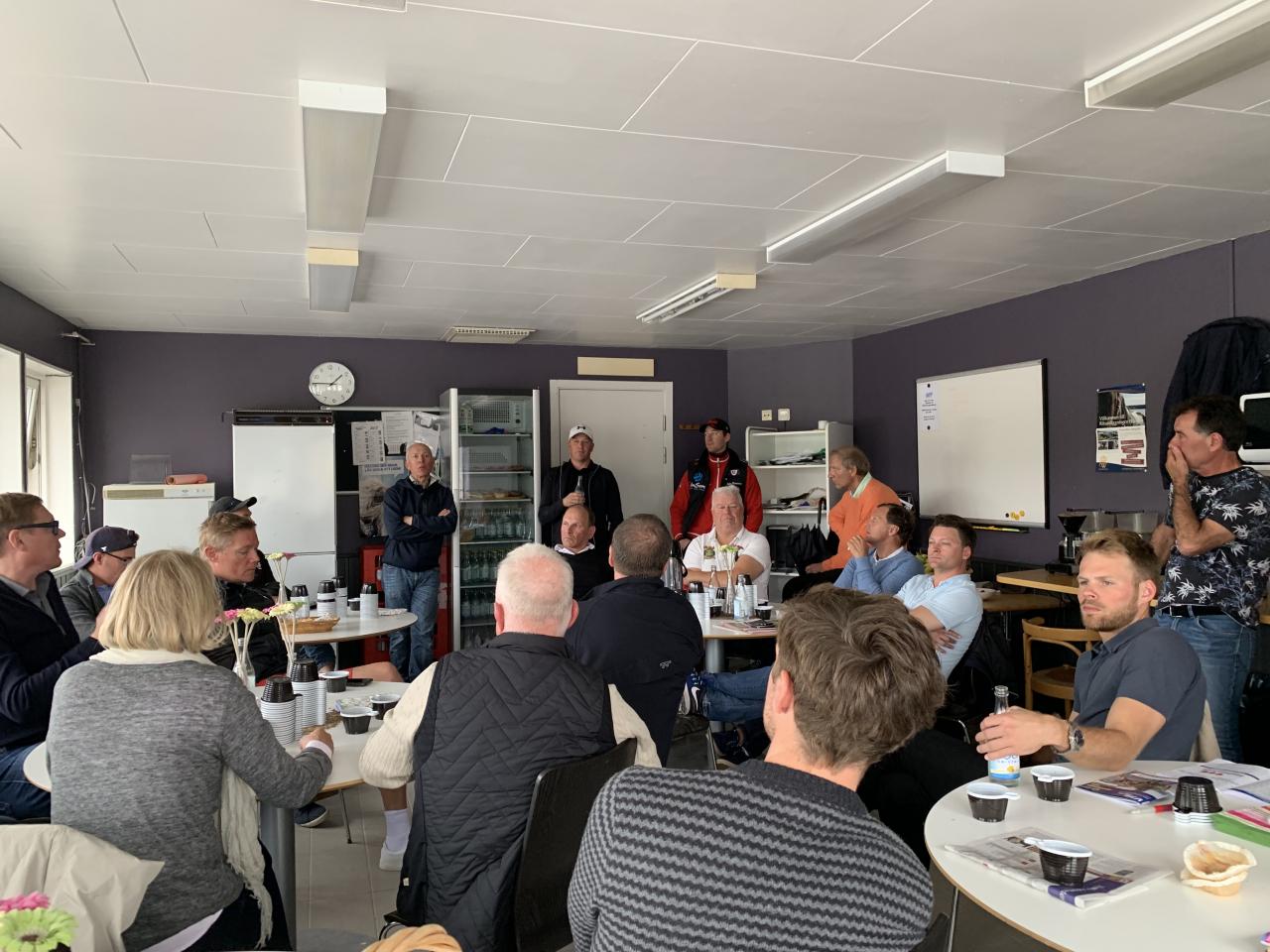 Tränarna samlades i Halmstad för att kräva svar av ST:s ordförande Marjaana Alaviuhkola gällande startiden 16.20 på lördagar för V75. Foto Cecilia Kristoffersson