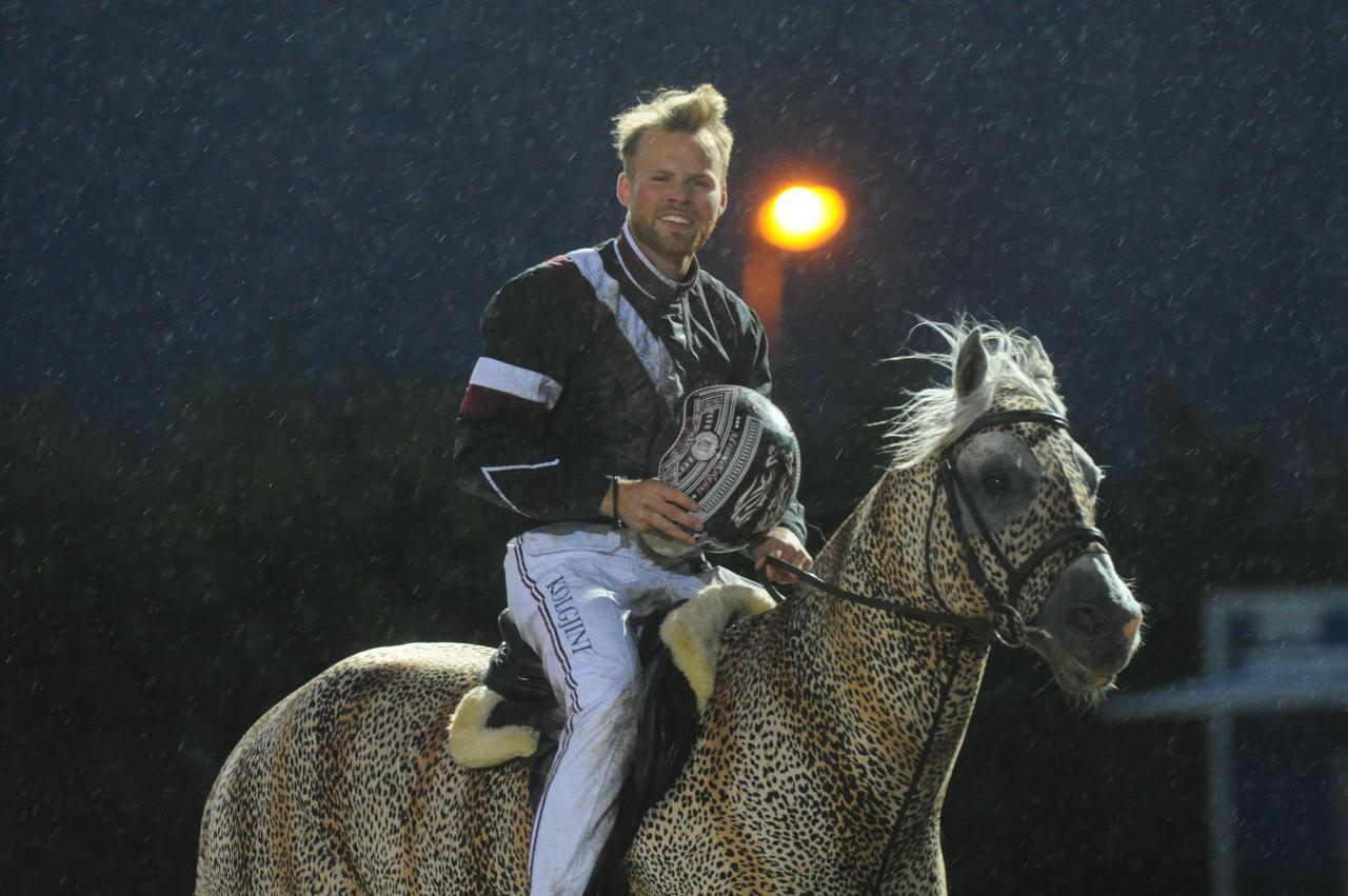 Adrian Kolgjini satt på hästsryggen igår efter segern i Sprintermästaren och idag blir det nya utmaningar i sadel. Foto: stalltz.se