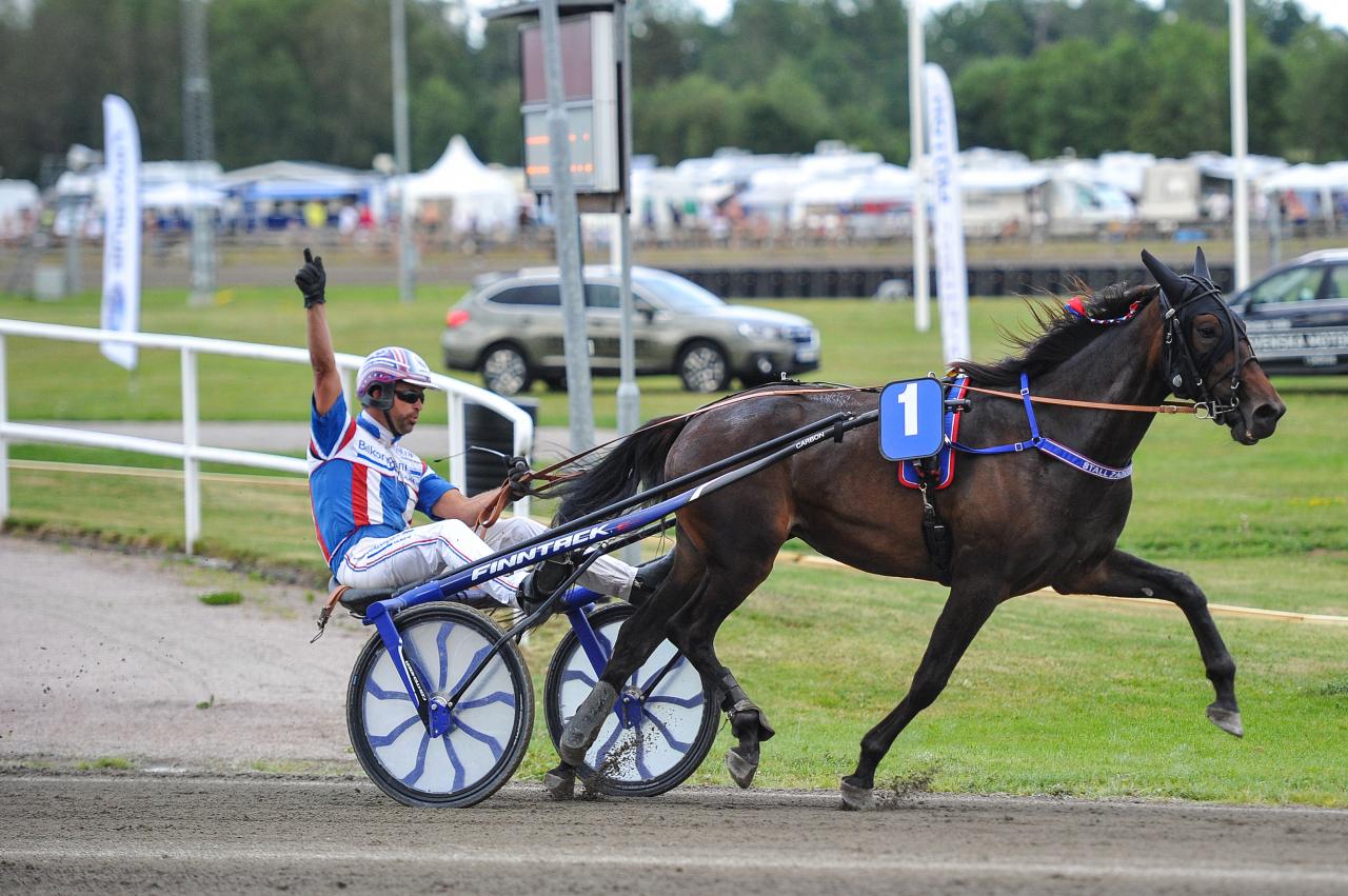 Anders Zackrisson vann tvååringspremiären med Mizita Sound. Foto: Simon Hagen/Sulkysport