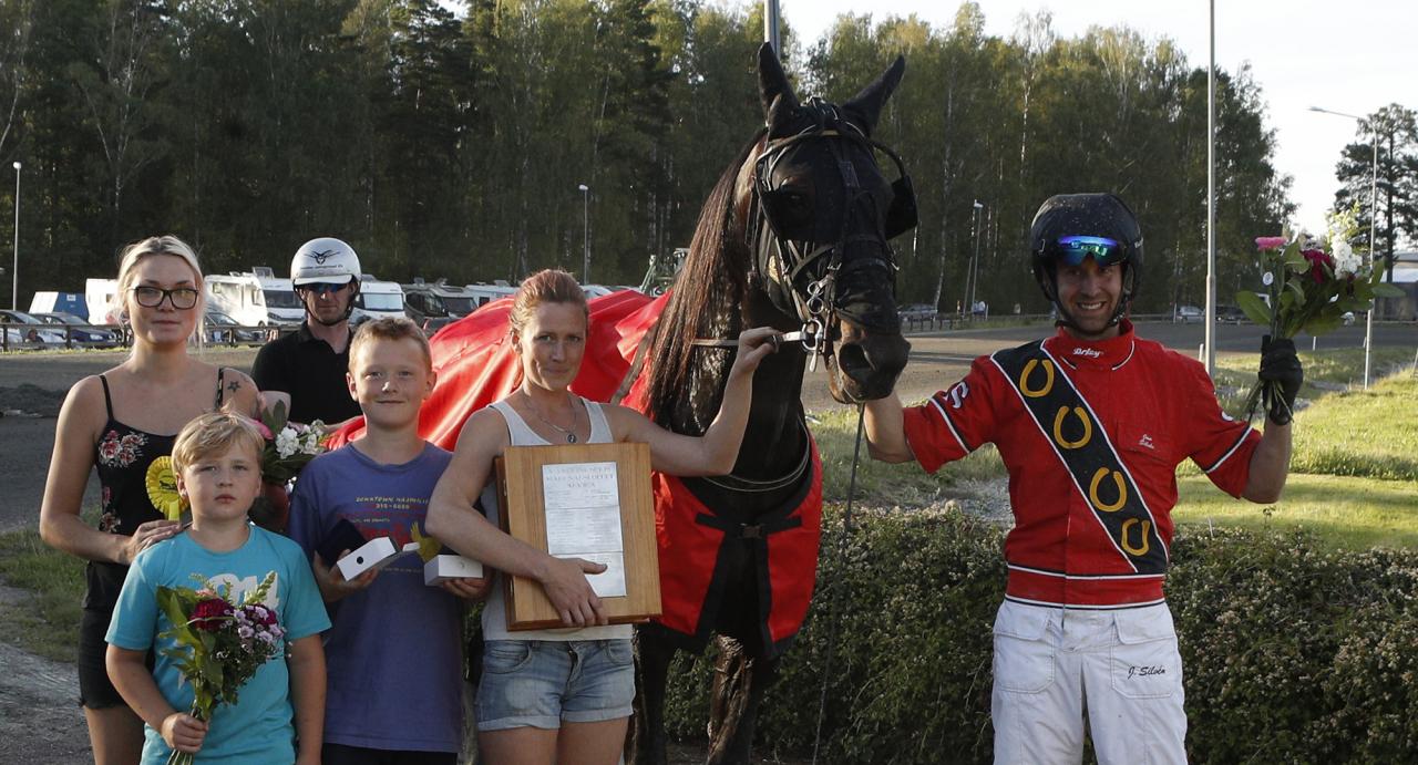 Amatörtränaren Rebecca Paulsson i vinnarcirkeln efter en av Ready To Rolls segrar. Foto Lennart Kihlman/ALN