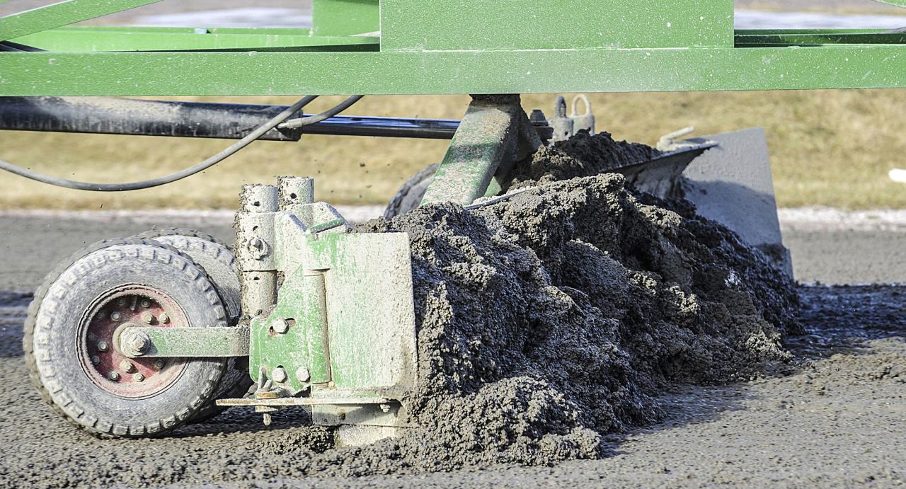 Sulkysports krönikör tycker till om traktorer under tävlingsdagar. Foto Hanold/ALN
