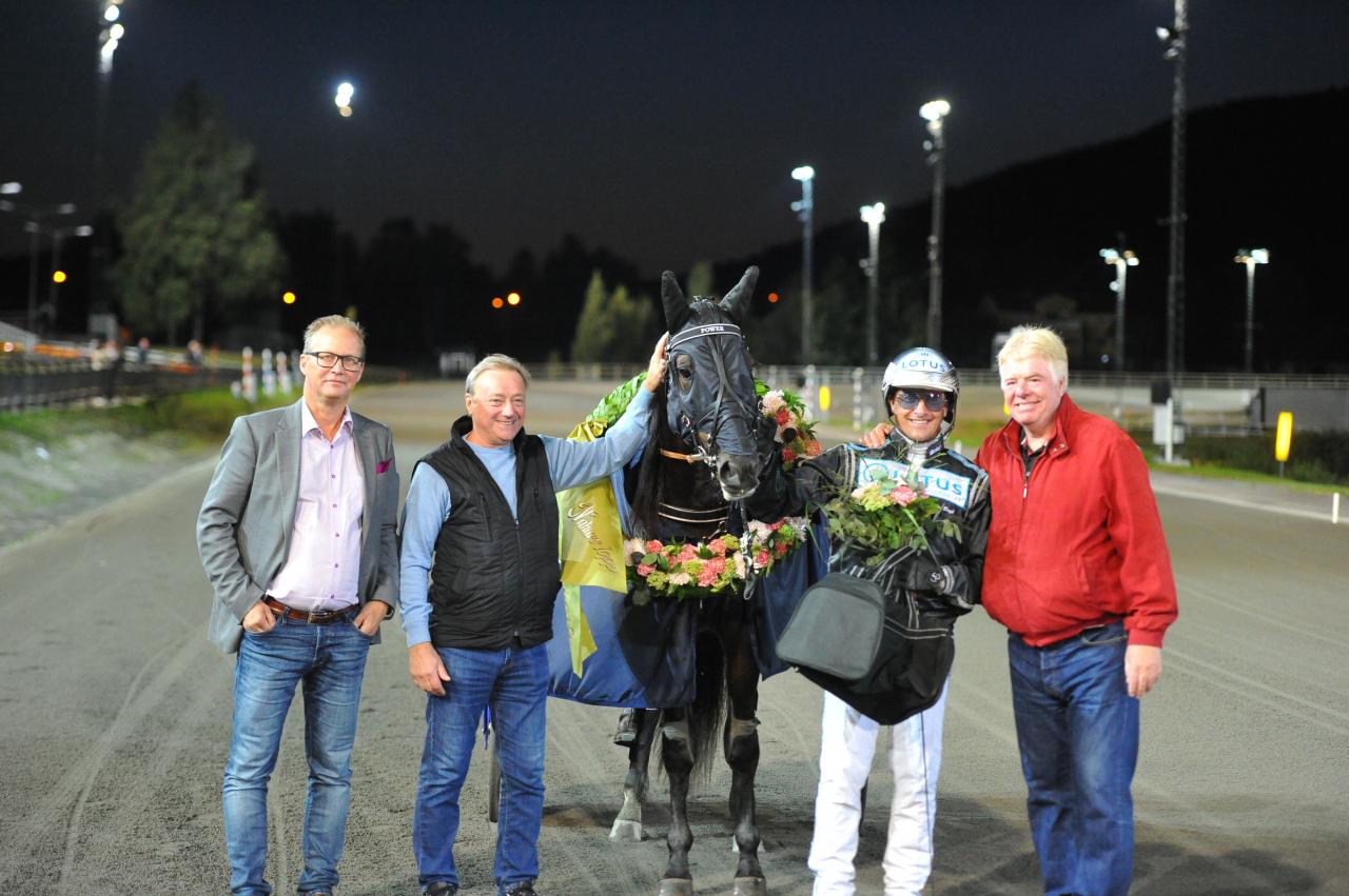 Power travade nytt svenskt rekord med tränaren Robert Bergh i sulkyn. Foto Simon Hagen