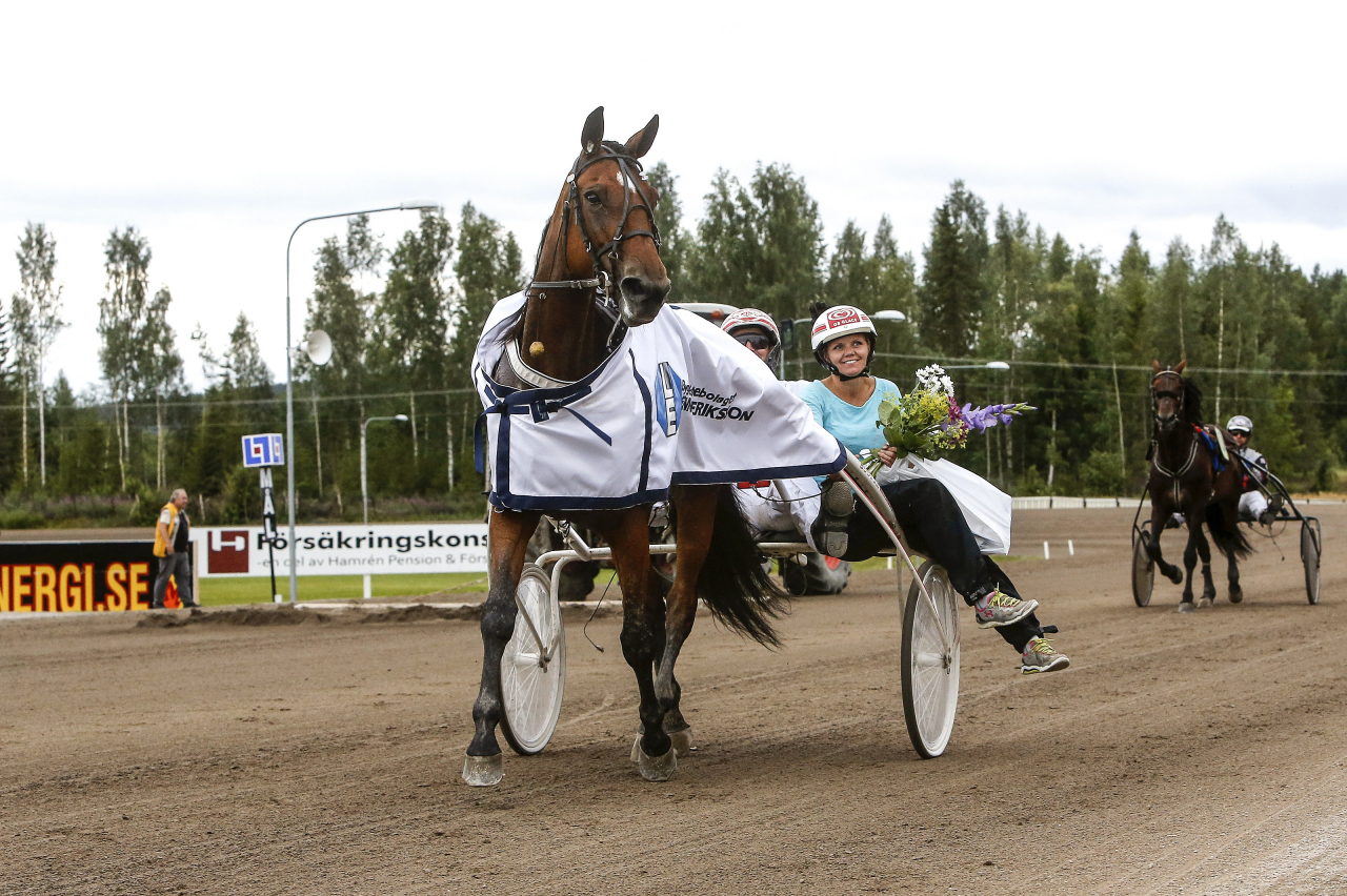 Susanne Andersson i segerdefilering med sin passhäst Ariel Boko för sex år sedan. Foto Hanold/ALN