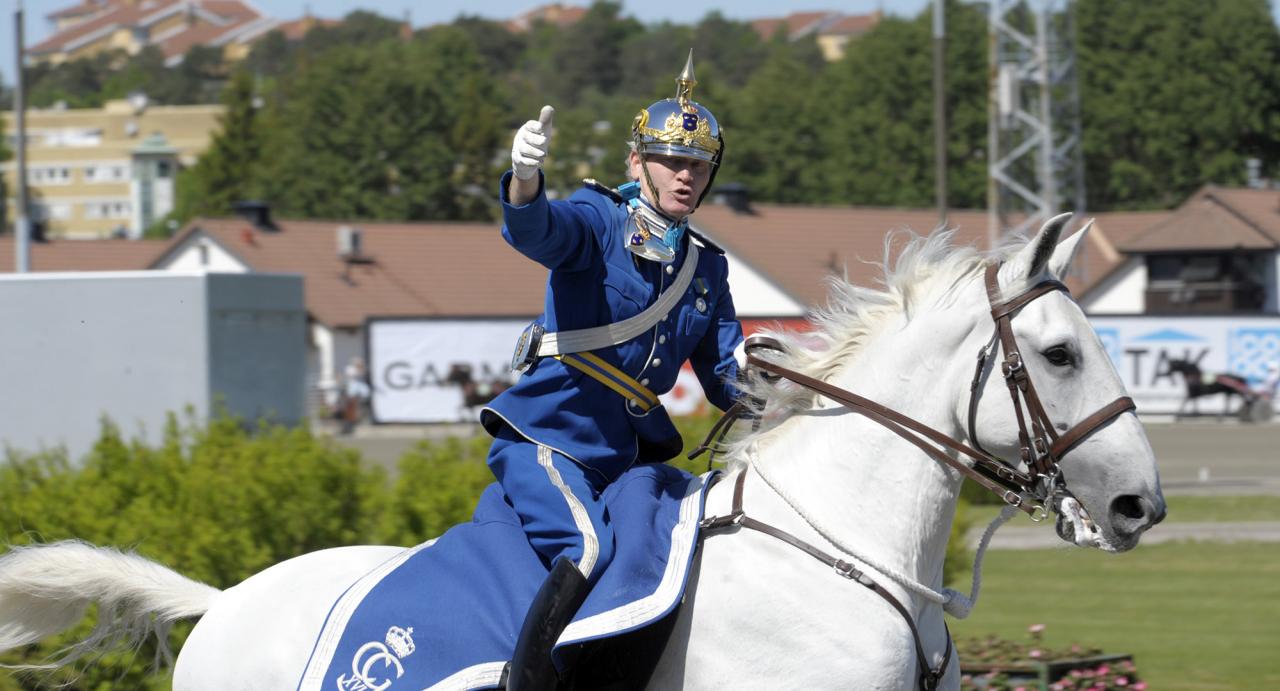 Mats Holmstedt är hovslagare till professionen, bland annat åt hovet. Dessutom har han som kavallerist lett defileringar på Solvalla, som här under Elitloppsdagen för några år sedan. Foto Martin Langels/ALN