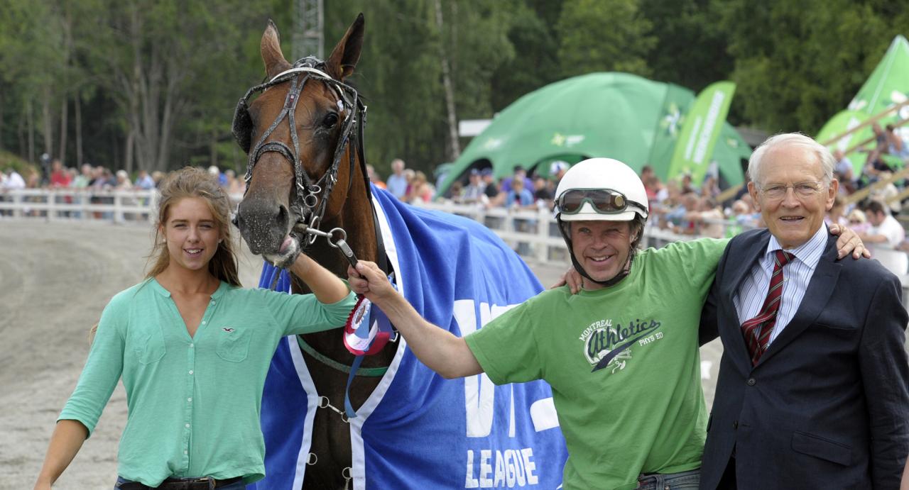 Johan Lejon, dottern Rebecca och ATG:s tidigare vd Gert Lindberg efter en guldfinalseger för Deuxieme Picsous. In Love With You-sonen var även tvåa i Derbyt 2011. Foto Martin Langels/ALN