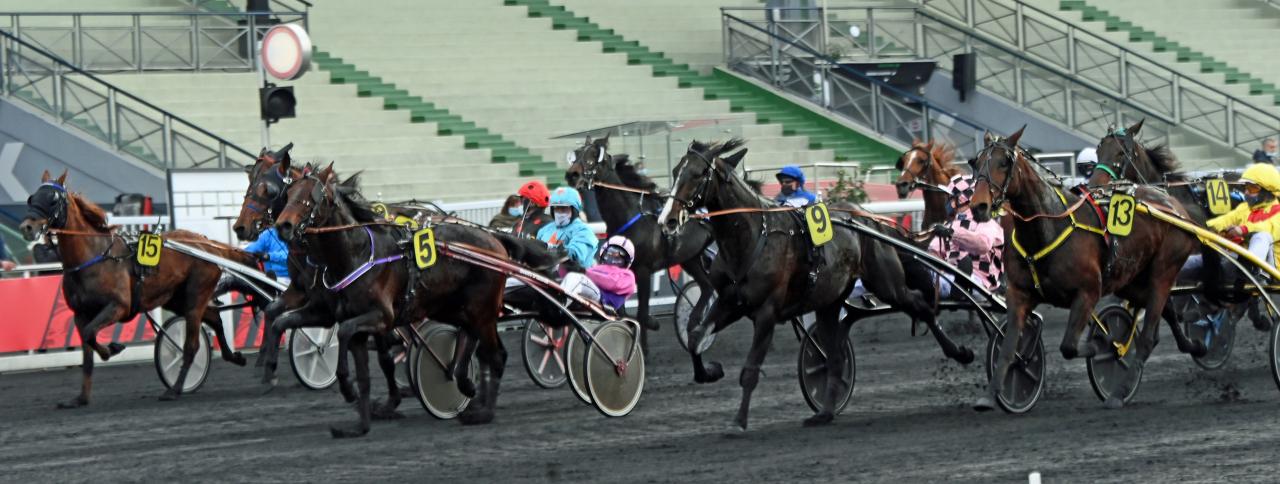 Sju hästar inom två tiondelar och först på målfotot Diable de Vauvert (5) och Gabriele Gelormini. Foto: Gerard Forni