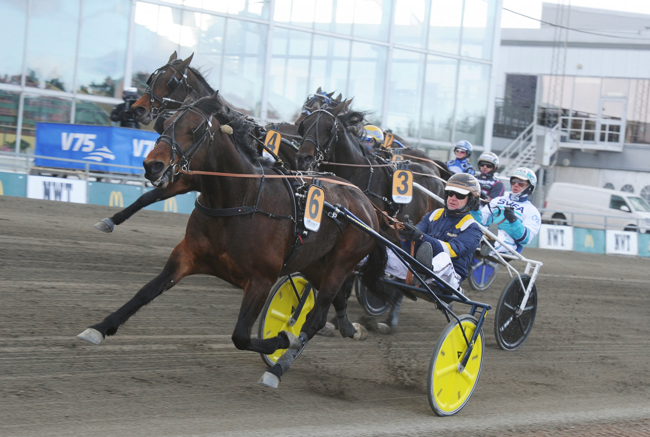 Click Bait och Per Lennartsson vid segern i Carl Philips Jubileumspokal på Färjestad. Under söndagen startar ekipaget i Elitloppet. Foto: Adam Ström/stalltz.se