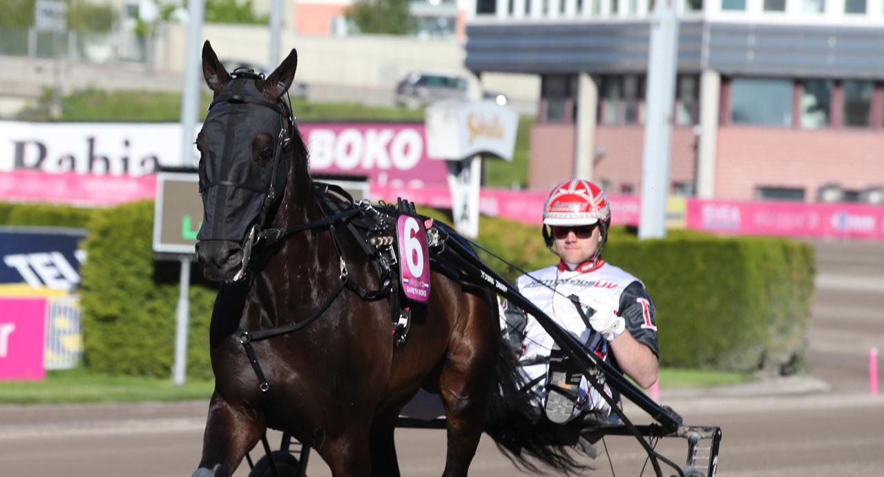 Gareth Boko var med tredjeplatsen tillsammans med Mats E Djuse bäst av Jerry Riodans duo i Elitloppsfinalen. Foto Mathias Hedlund/Sulkysport